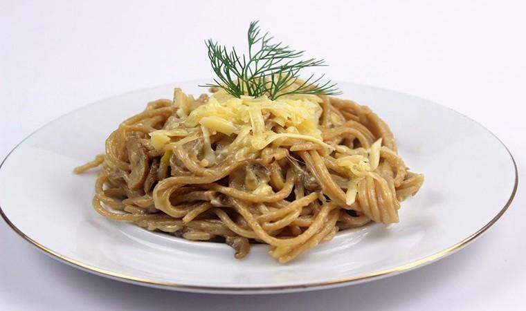 Паста в сливочном соусе с грибами и плавленным сыром