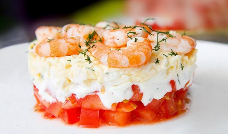 Диетический салат с креветками, помидорами и сыром