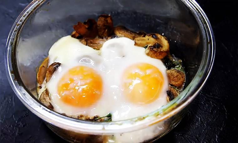 Яйца со шпинатом и грибами в духовке
