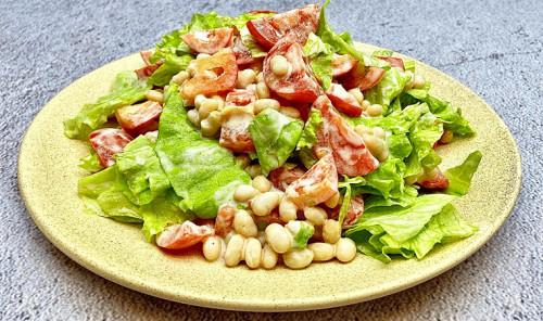 Салат с фасолью, перцем и помидорами