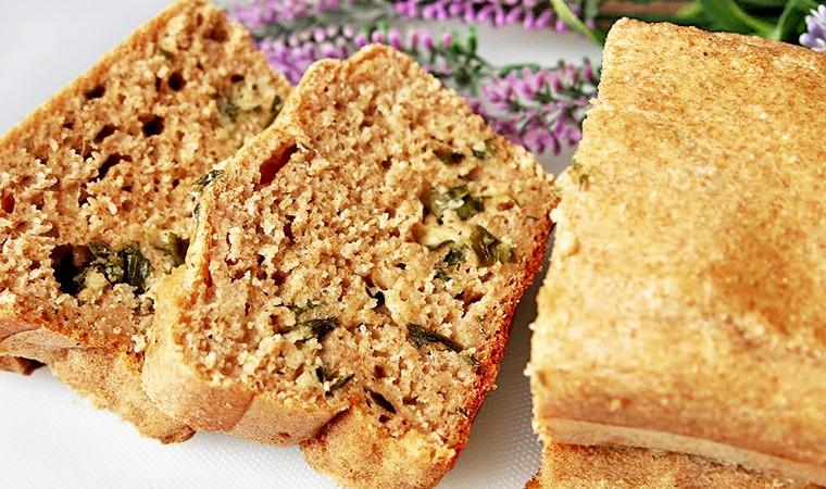 Бездрожжевой хлеб с чесноком, сыром и зеленью