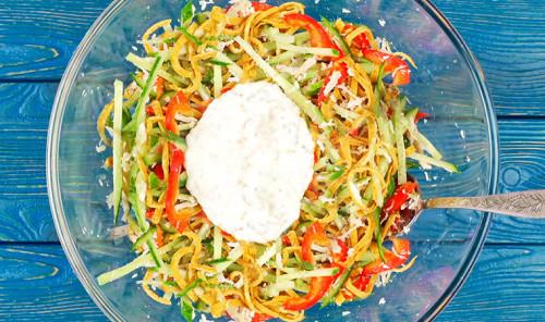 Салат с курицей, овощами и яичными блинчиками