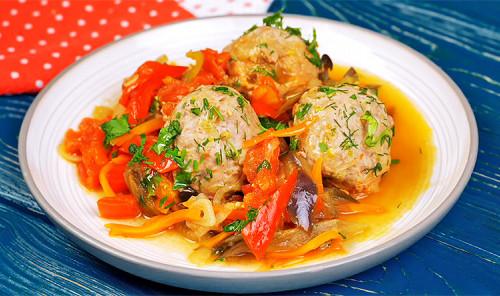 Тефтели с овощами на сковороде
