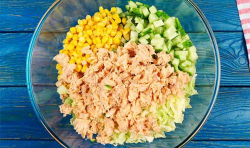 Салат с пекинской капустой, горбушей и кукурузой