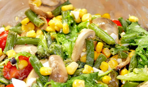 Салат со стручковой фасолью, грибами и кукурузой