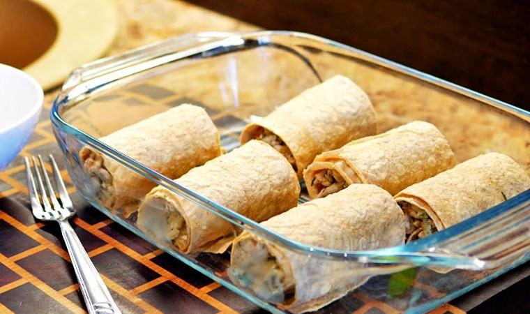 Рулетики из лаваша с куриным филе и сыром в духовке