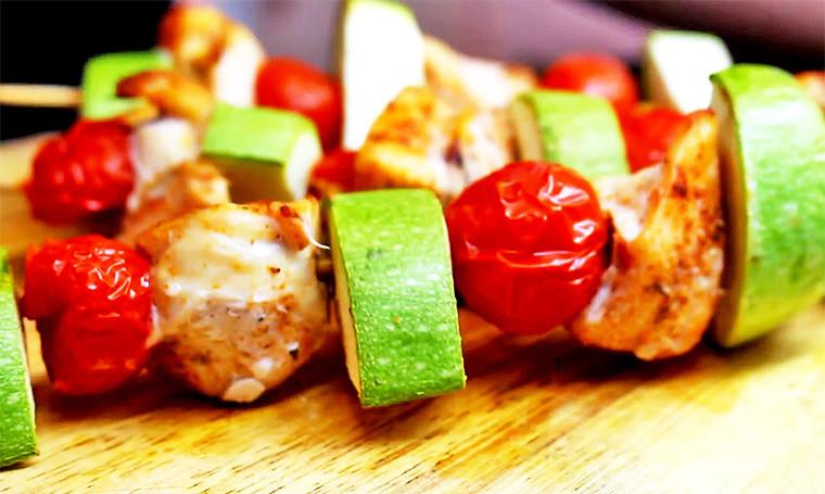 Шашлычки из куриной грудки, кабачка и помидоров в духовке