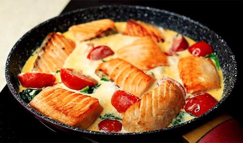 Филе лосося с помидорами в сливочном соусе на сковороде