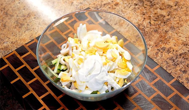 Салат с огурцом, яйцами и кальмарами
