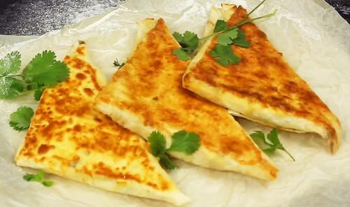 Конвертики из лаваша с творогом, сыром и зеленью