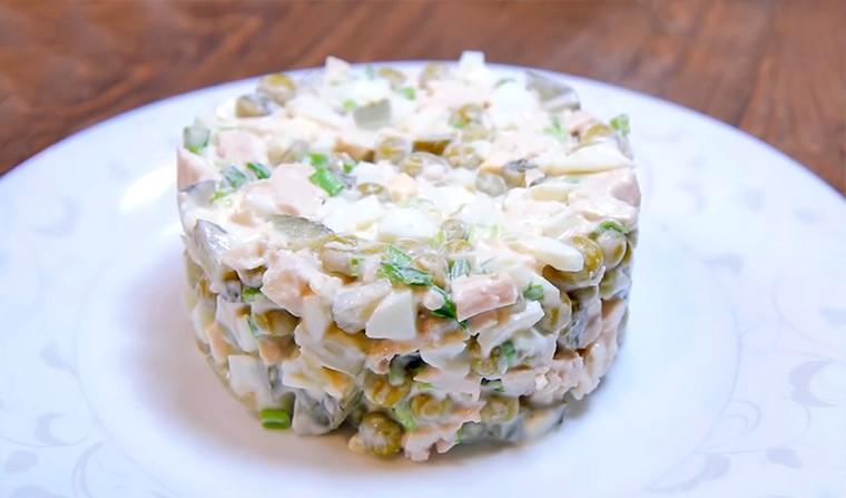 Диетический салат с курицей, яйцами и маринованными огурцами