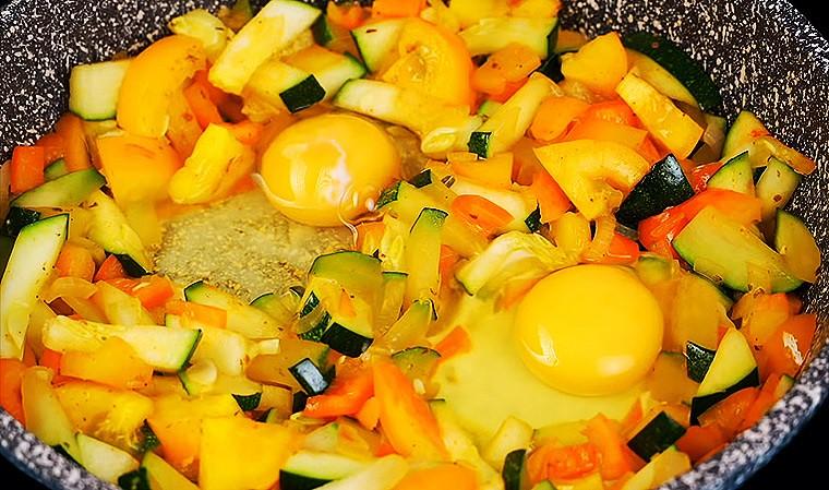 Яичница с овощами на сковороде
