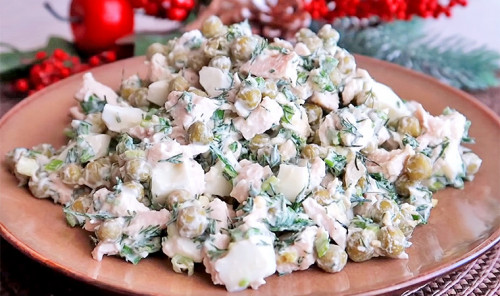 Белковый салат с куриным филе, яйцом и горошком
