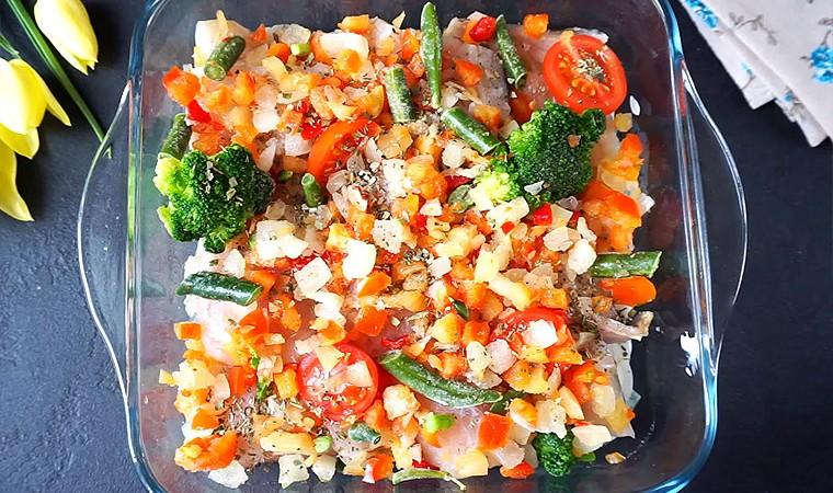 Хек с овощами в духовке