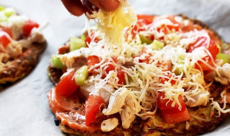 Пицца с курицей на основе из кабачков