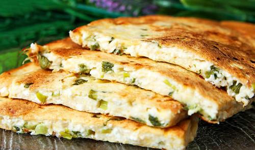 Хачапури с сыром и зеленью на сковороде
