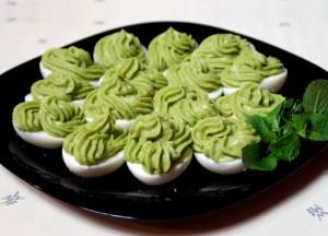 Яйца фаршированные тунцом и авокадо