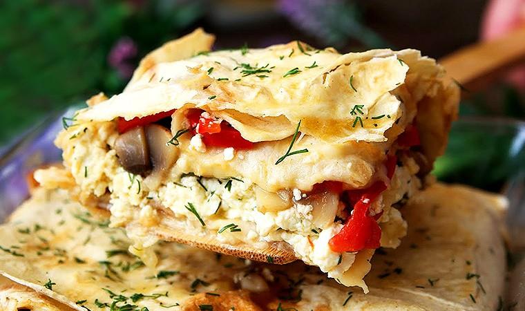 Пирог из лаваша с творогом, грибами и болгарским перцем