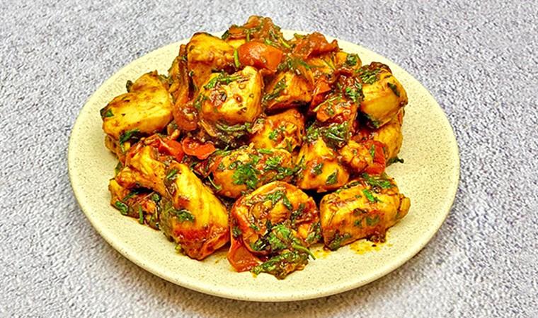 Куриное филе с помидорами в медово-соевом соусе на сковороде