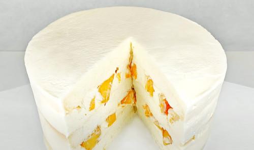 Торт с безе, сливочным кремом и персиками