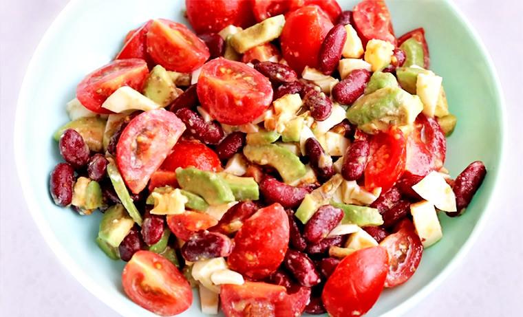 Салат с авокадо, фасолью и помидорами