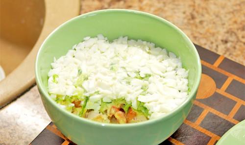 Салат с куриной грудкой, яйцом и овощами