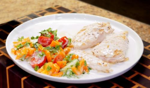 Куриная грудка в соусе с салатом
