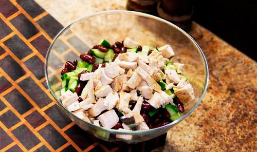 Белковый салат с куриной грудкой и консервированными бобами