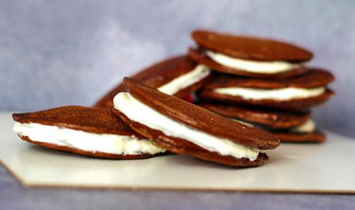 Шоколадные оладьи со сливочной начинкой