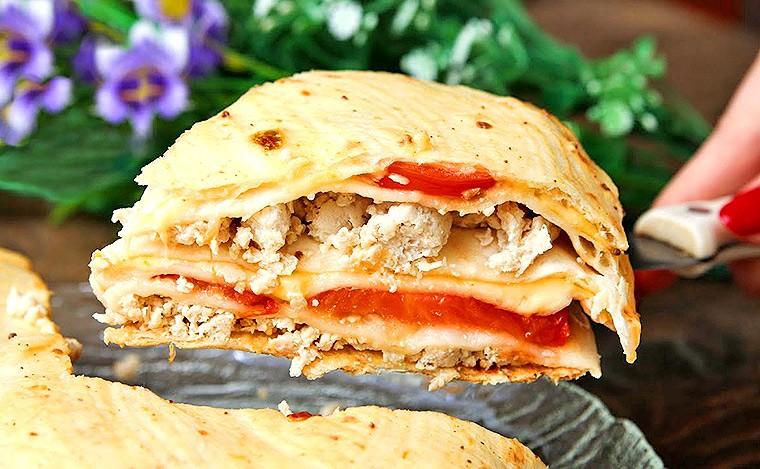 Пирог с куриным фаршем, сыром и томатами