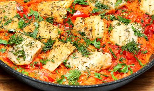 Минтай в томатном соусе на сковороде