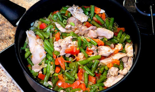 Стручковая фасоль с курицей и помидором на сковороде