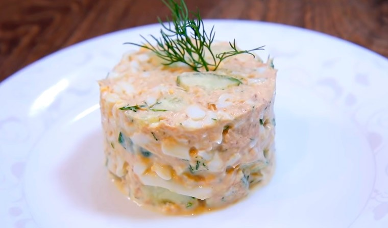 Диетический салат с тунцом, яйцами и огурцом