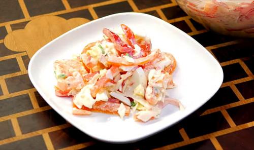 Салат с крабовыми палочками, яйцами и овощами
