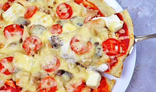 Пицца с курицей и грибами на творожной основе