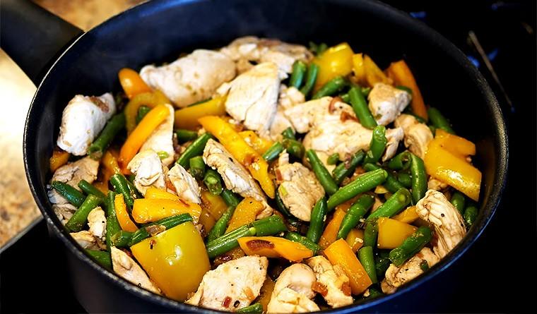 Куриное филе со стручковой фасолью на сковороде