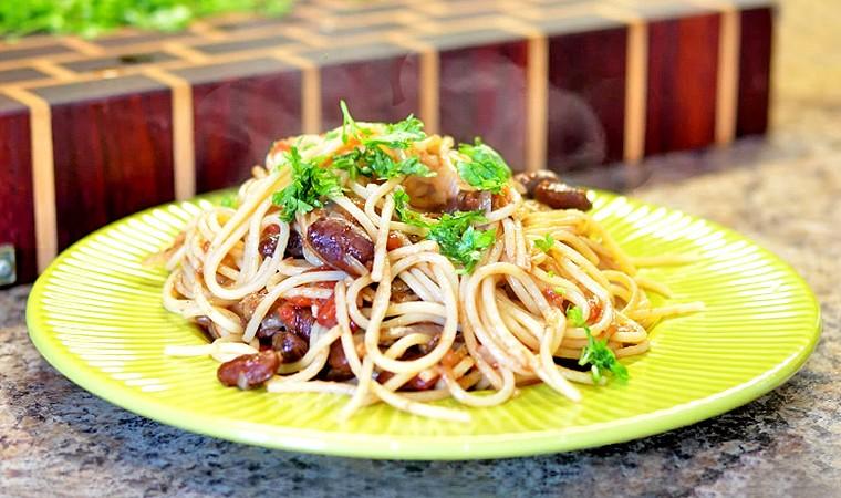 Спагетти с бобами, грибами и томатами