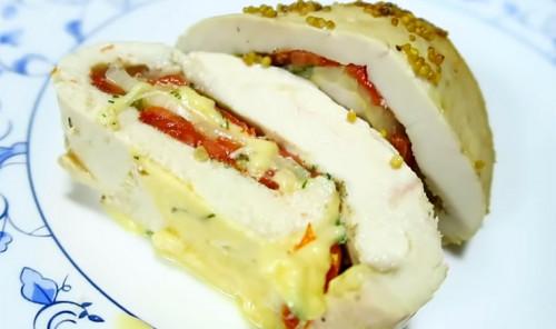 Куриный рулет с сыром и помидорами