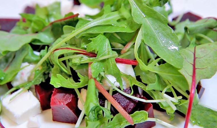 Диетический салат со свеклой и сыром фета