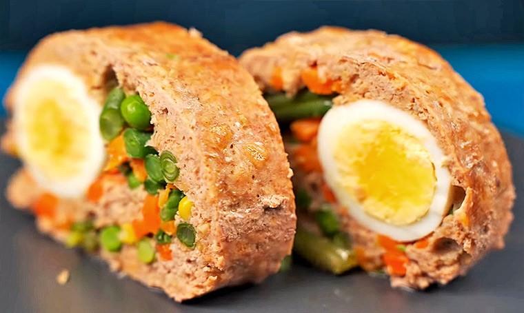 Рулет из фарша с яйцом и овощами
