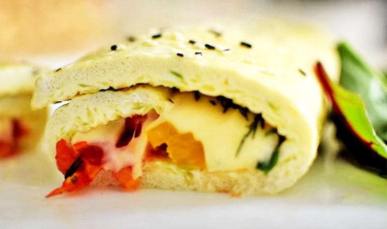 Рулет из омлета с сыром и овощами