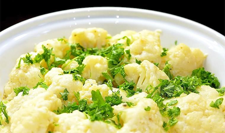 Цветная капуста под сыром и чесночным соусом