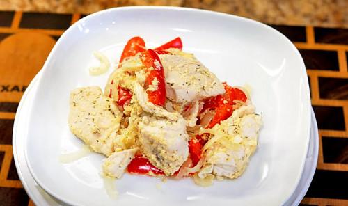Куриное филе в кефирном маринаде с овощами на сковороде