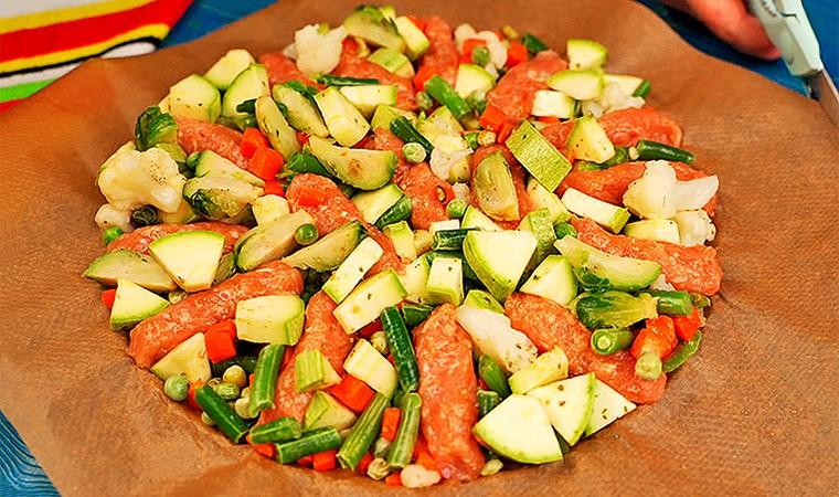Куриные колбаски с овощами на сковороде