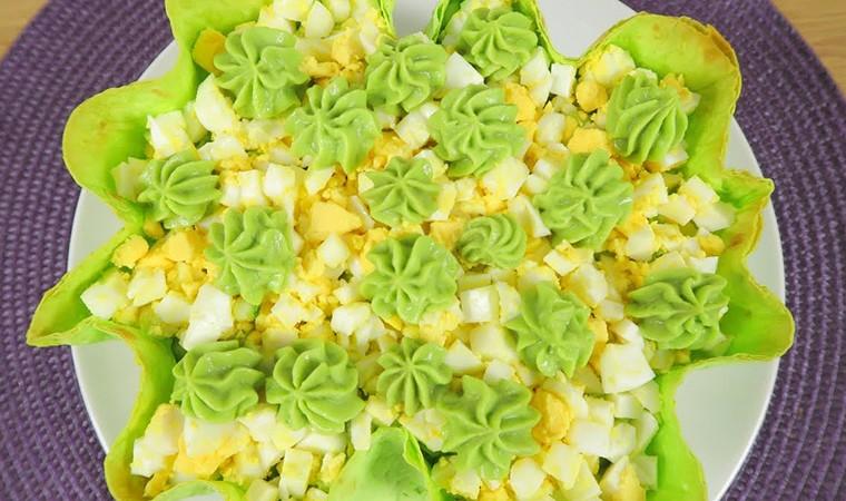 Праздничный салат с яйцами и крабовыми палочками