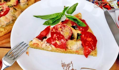 Пицца из овсяной муки с курицей и помидорами