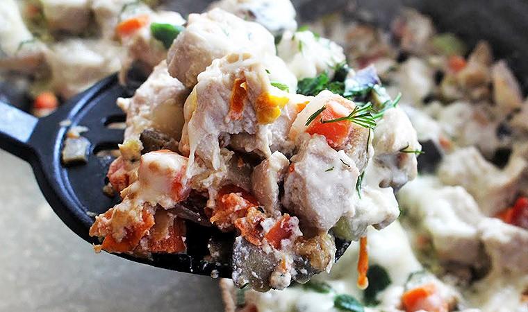Куриная грудка в сливочном соусе с овощами