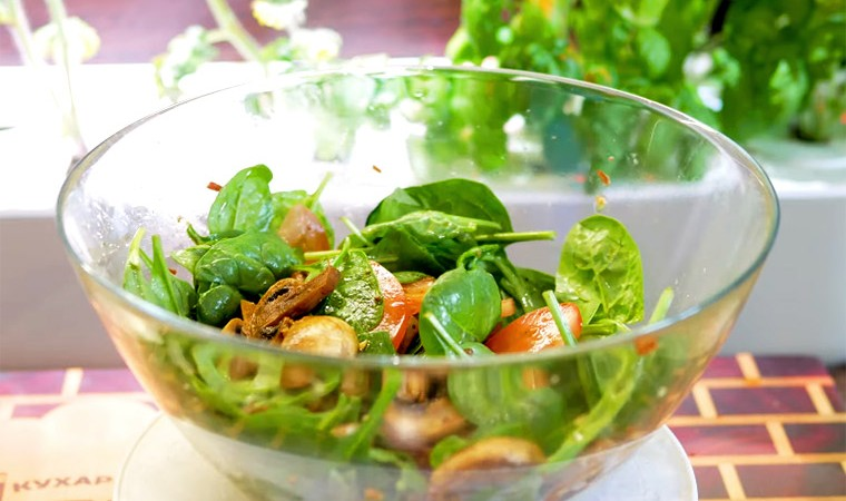 Салат с шампиньонами и шпинатом