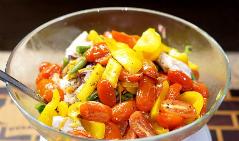 Салат с запеченной куриной грудкой и овощами