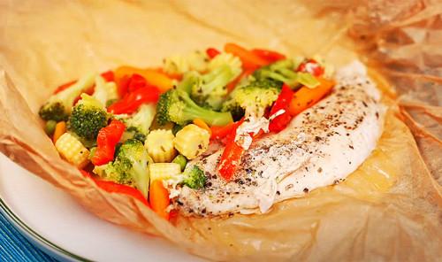 Куриное филе с овощами в бумажном конвертике на сковороде